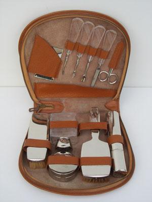 Reis-set voor persoonlijke verzorging in een lederen etui.