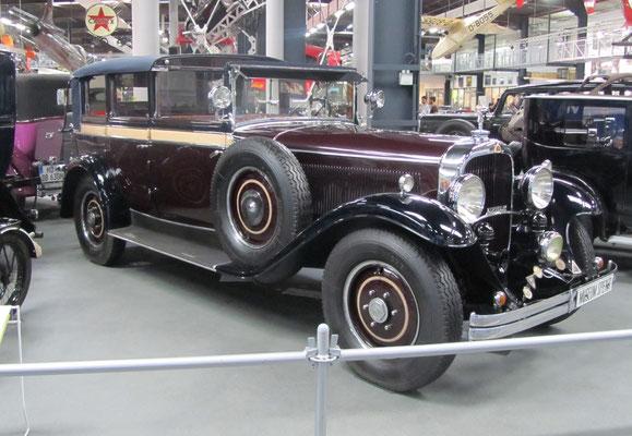 """Maybach Zeppelin DS 7, gebouwd van 1930 t/m 1934. """"DS"""" in de typeaanduiding staat voor """"Doppelsechs"""" (12-cilinder) en """"7"""" staat voor 7 liter cilinderinhoud. Deze wagen uit 1930 had een carrosserie van Erdmann & Rossi. (Technik Museum Sinsheim)"""