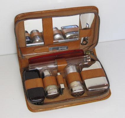 Een reis-set voor persoonlijke verzorging in een lederen etui.