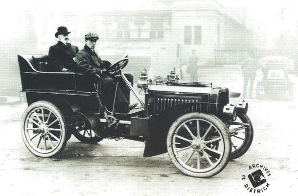 De jonge engineer Ettore Bugatti aan het stuur van een De Dietrich met achter hem zijn eerste werkgever Baron Eugene De Dietrich.