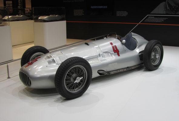 Mercedes-Benz 3-liter Formule Rennwagen W 154 uit 1938-1939 met een V12 motor. (Techno Classica 2018 in Essen)