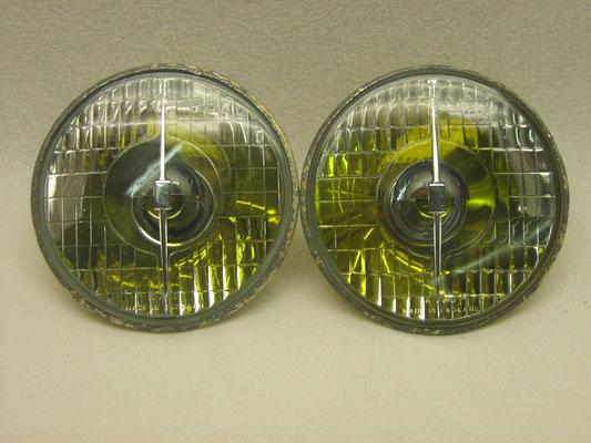 Lampunits samengesteld waarbij de reflector-randen weer om de koplampglazen zijn gefelst.