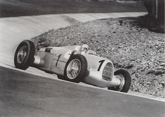 Bernd Rosemeyer met een Auto Union in de Eiffelrennen 1937 op de Nürburgring.