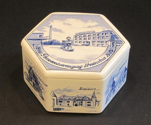 Porcelijnen doosje uitgegeven ter gelegenheid van het veertigjarig bestaan van de personeelsvereniging Vredestein in 1989. Dit doosje is te koop (dubbel aanwezig), prijs € 7,00 email: info@automobielhistorie.com