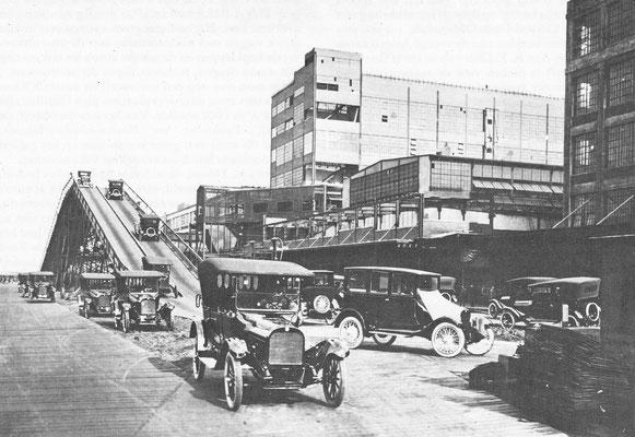 In serie geproduceerde Dodge auto's worden in 1926 getest in Detroit.