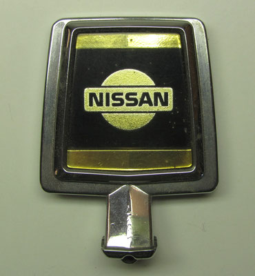 Een motorkap ornament van Nissan.