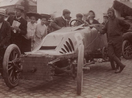 Camille Jenatzy met Pipe op het Circuit des Ardennes in 1904. (collection Jules Beau)