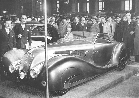 Een Delahaye 135 Compétition court met een carrosserie van Figoni et Falaschi op de Autosalon van Parijs in 1937.