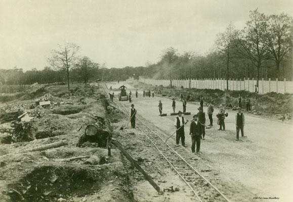 Aanleg van het racecircuit L' Autodrome de Linas-Montlhéry in 1923.