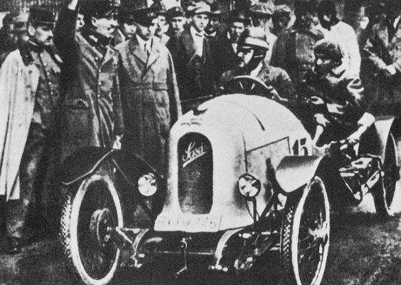 Austro-Daimler Sascha uit 1922 met aan het stuur filmmagnaat graaf Sascha Kolowrat en naast hem Ferdinand Porsche.