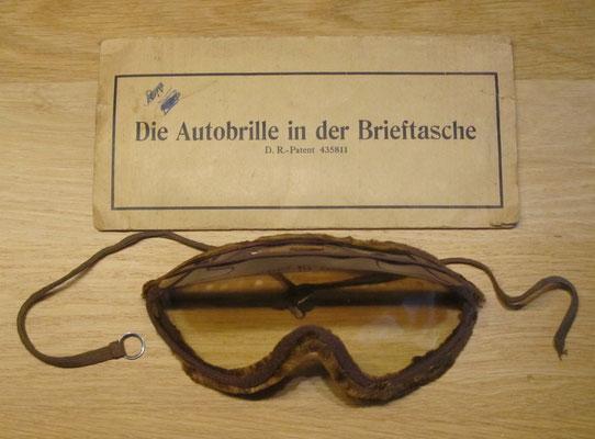 Stofbril uit begin vorige eeuw, die gemakkelijk meegenomen kon worden.