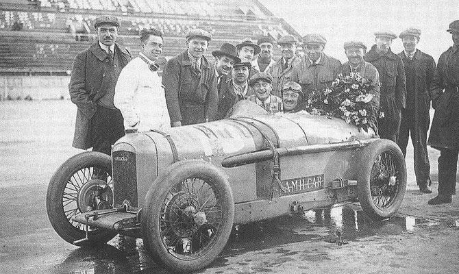 Een Amilcar C6 met coureur Morel, in 1927 op het circuit van Montlhéry.