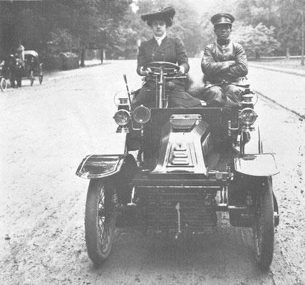 """De Dion Bouton uit 1903 met aan het stuur """"La belle Otéro"""". Zij was bevriend met graaf De Dion die aan haar z'n auto met chauffeur uitleende."""