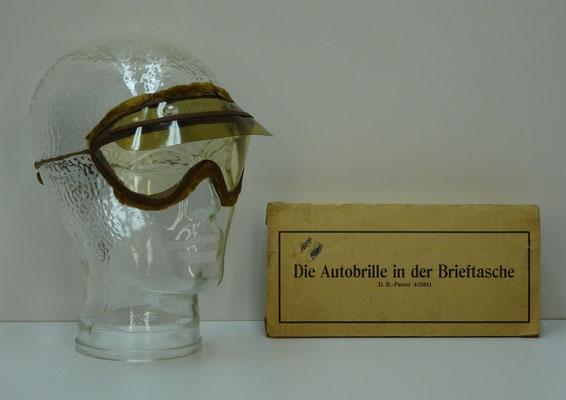 In het begin van het automobilisme was een stofbril noodzakelijk in de open auto's op de vele onverharde wegen. Die Autobrille in der Brieftasche. D.R.-Patent 435811.