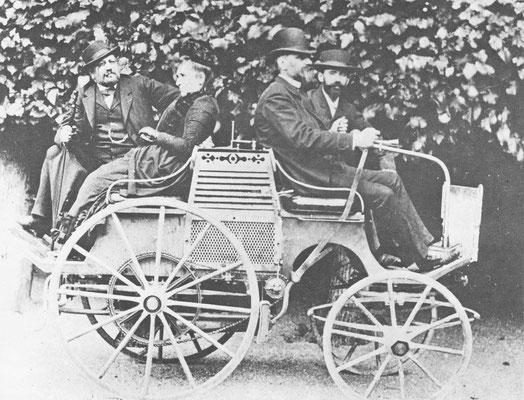 Deze auto met Daimler motor werd in 1899 gebouwd door Emile Levassor. Van links naar rechts René Panhard, mevrouw Levassor (voorheen Sarazin), Emile Levassor en technicus Mayarde.