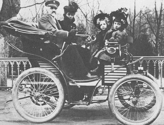 De eerste Fiat uit 1899 met een van de stichters van Fiat, graaf Roberto Biscaretti di Ruffia en zijn gezin.
