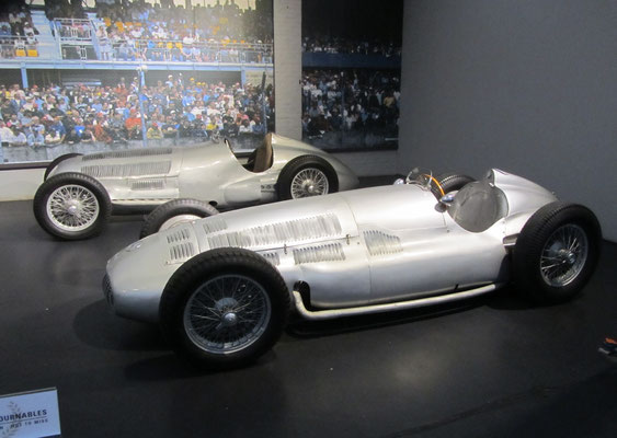 Mercedes-Benz Monoplace GP W125 uit 1937, 5,5-liter 8-cilinder en een Monoplace GP W154 uit 1939, 3-liter 12-cilinder (Collection Schlumpf).