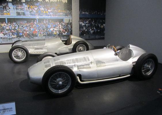 Mercedes-Benz Monoplace GP W125 uit 1937, 5,5-liter 8-cilinder en een Monoplace GP W154 uit 1939, 3-liter 12-cilinder (Collection Schlumpf).