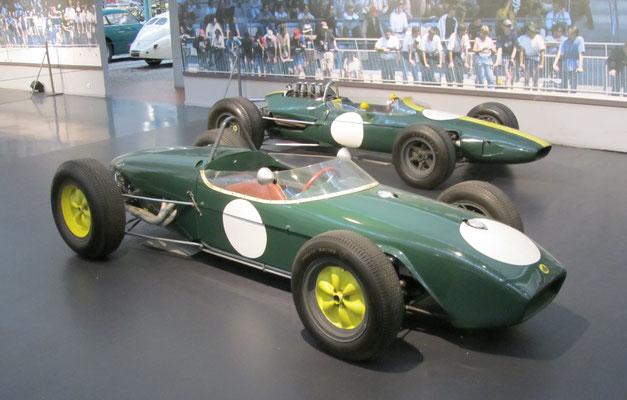Lotus Monoplace F1 Type 18 uit 1961 en Monoplace F1 Type 33 uit 1963. Met de laatste auto won Jim Clark de Nederlandse Grand Prix in 1965 (Collection Schlumpf).