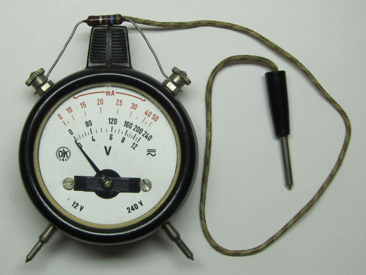 Een bakelieten Volt- en milli-Ampère-meter.