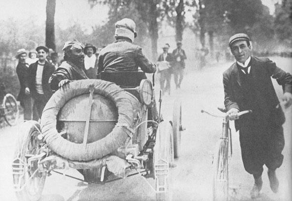 Louis Renault met z'n mecaniciën Szisz aan de start van de race Parijs-Madrid 1903. Op de route van deze noodlottige wedstrijd stonden naar schatting 3 miljoen kijkers.