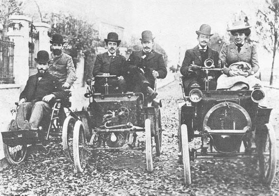 Dit zijn de eerste Renaults in Billancourt, Parijs, in 1899. Links de in 1897 gebouwde De Dion vierwieler met Marcel Renault als passagier. In het midden het voiturette prototype uit 1898 met Louis Renault  aan het stuur. Rechts de eerste 1,5 pk uit 1899.