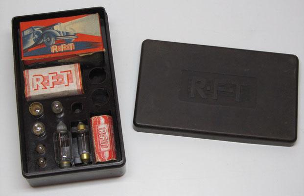 Een bakelieten doosje met auto-reservelampen van RFT (DDR).