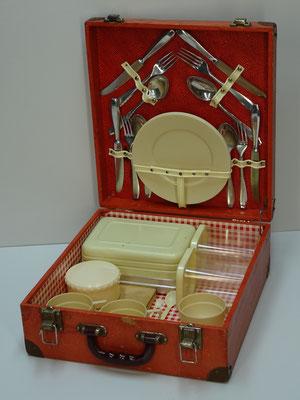 Picknick koffer (picnic hamper), 4-persoons, uit midden vorige eeuw met o.a. een aluminium trommel en 4x houten broodplankje.