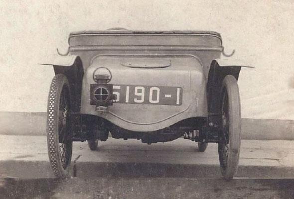 Het achter-aanzicht van een Viratelle cyclecar.