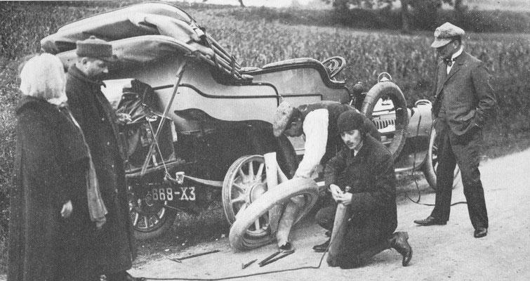 De lekke band van deze Peugeot moet onderweg geplakt worden.