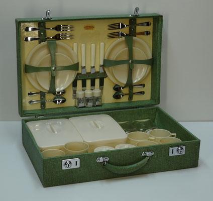 Picknick koffer (picnic hamper), 4-persoons, uit uit midden vorige eeuw van Sirram (England) met o.a. 2x provision box, 2x glazen milk bottle en artikelen van Linga Ware (England).