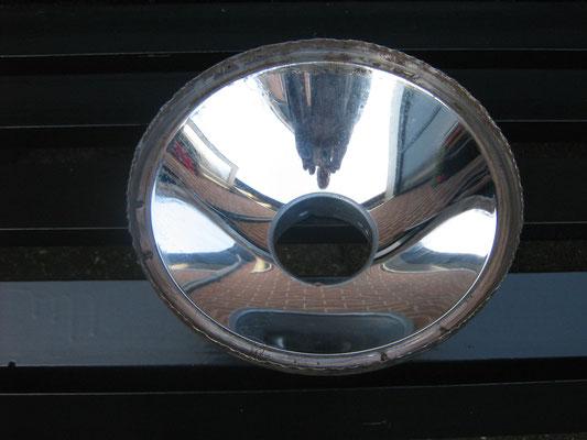 De reflectoren (gescheiden van de koplampglazen door de fels-rand terug te buigen) kunnen nu opnieuw worden verzilverd.