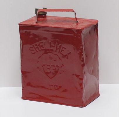 """Benzineblik Shell-Mex & """"BP"""" LTD. Engels 2 gallon benzineblik uit 1939. Shell-Mex & """"BP"""" LTD werd in 1931 opgericht. Het was een samenwerkingsverband tussen Shell en British Petroleum. In 1975 zijn de merken weer gescheiden."""