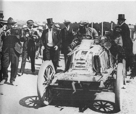 Marcel Renault komt als winnaar aan in Wenen in de race Parijs-Wenen 1902.
