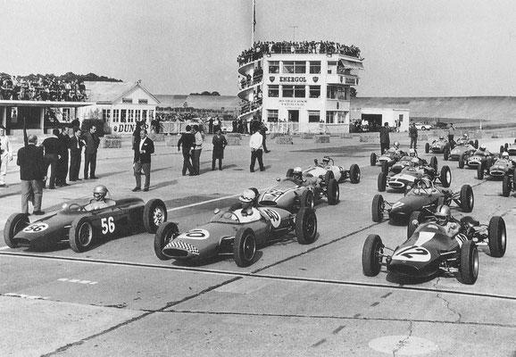 Start van de Coupe de l'Agaci 1962 op Montllhéry. Op de achtergrond is de steile wand te zien.