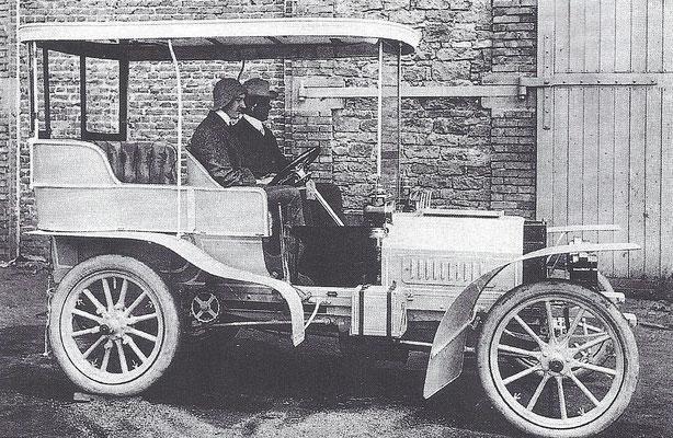Ettore Bugatti met  Emile Mathis in een De Dietrich, Mathis was de verkoper en Bugatti de ontwerper.
