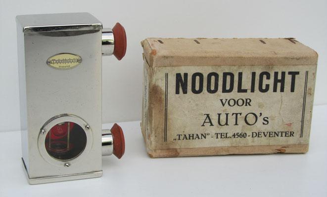 """""""Noodlicht voor auto's"""" van Tahan uit Deventer met de originele doos. Het noodlicht is voorzien van twee zuignappen. In het vernikkelde noodlicht kan men door een schakelaar te bedienen een lampje laten branden op een batterij."""