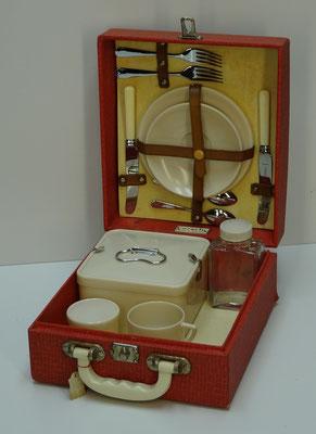 Picknick koffer (picnic hamper), 2-persoons, uit midden vorige eeuw van Coracle (England) met Bandalasta items en 2x glazen milk bottle.