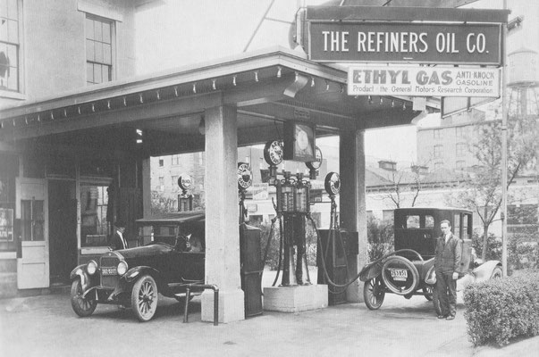 Een ultramodern benzinestation in 1923 in Daytona.