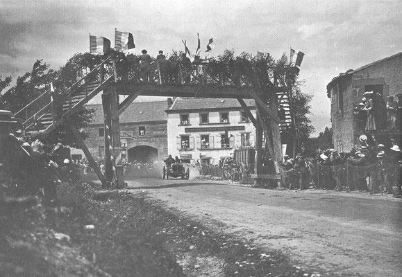 Léon Théry won de laatste Gordon Bennet race in 1905 met een 11,3 liter Brasier.
