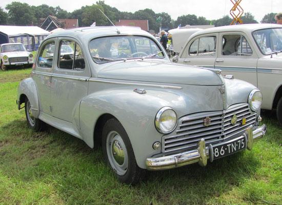 Een Peugeot 203C uit 1958 op de oldtimerdag Saasveld 2016.