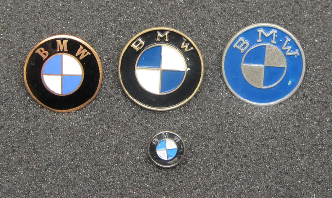 BMW speldjes, het linker speldje is geëmailleerd.