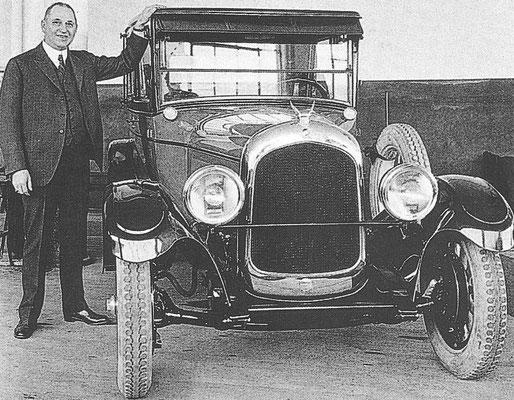 Chrysler Walter in 1924 naast één van de eerste auto's met zijn naam.