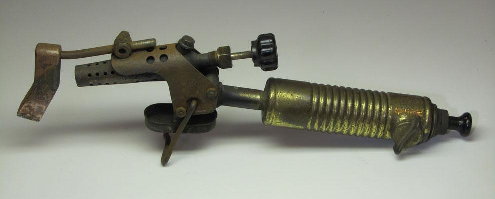 """Een soldeerbout met benzine-brander, """"Original Barthel"""" (Germany)."""