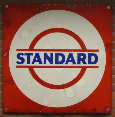 Emaile reclamebord Standard Oil. De oprichter van Standard Oil was John D. Rockefeller. De merknaam Esso werd pas in 1931 geboren.