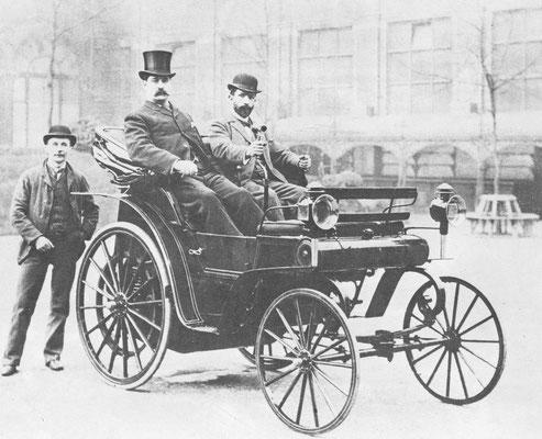Engeland 1896, koning Edward VII maakt een rit in een Daimler.
