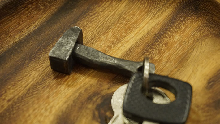 Geschmiedeter Hammer als Schlüsselanhänger
