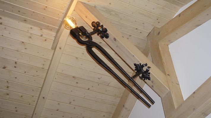 Rustikale Eisenhütten-Zange zu einer Lampe umgestaltet