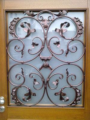 Metallgestaltung in einer Eingangstür