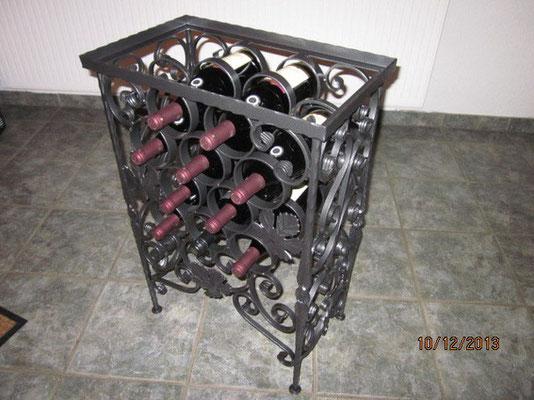 Weinständer als Beistelltisch gestaltet